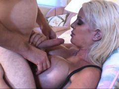 Luscious Blondine mit riesigen Titten saugt und fickt einen großen Schwanz auf dem Bett