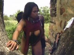 Ethnische schwarze Paar Amateur hot fucking unter dem Baum