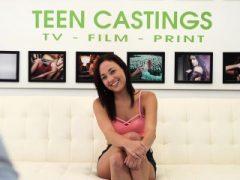 Nette Teenie Amara Romani scharrte tief und roh beim Casting