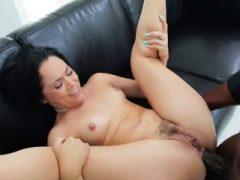 Pornostar-Modell bekommt ihr Anal mit harten Schwanz gepflügt