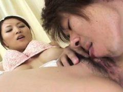 Chubby Babe Yuki genießt immer ihre enge Pussy schlug