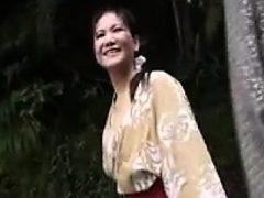 Verführerische japanische Dame mit schönen Titties wird voll gefüllt