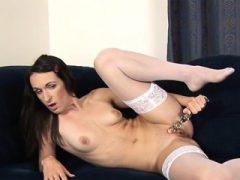 Babe's Pussy ist während des Hardcore-Sex-Tool-Spiels nass