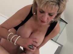 Unfaithful uk milf Kieme Ellis zeigt ihre massiven Titten
