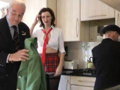 Gefangene britische Milf von älteren Jungs gefickt