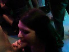 Wacky Teens bekommen ganz dumm und nackt bei Hardcore-Party