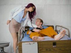 Die Gefängniskrankenschwester hilft dem großen Schwanz-Häftling mit seinem riesigen Boner