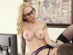 Busty Office Blonde mit Schutzbrille
