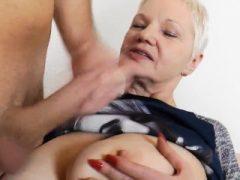 Sperma auf Omas Brüste