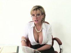 Unfaithful british milf lady sonia zeigt ihre riesige natura