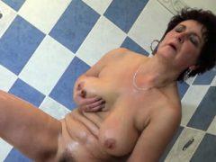 Freche Oma genießt ihren Körper im Badezimmer