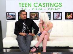 Blonde Engel zeigt ihren zierlichen Körper beim Casting
