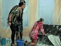Mommy reinigt chaotisch Babe Mädchen in der Badewanne