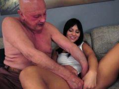 Brunette Naomie saugt ab und gibt Handjob zum glücklichen Opa
