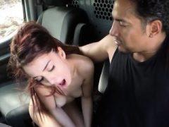 Schlechte Teenie Schlampe Sally Squirt gefesselt und verschraubt in den Lieferwagen