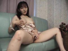 Rika bekommt ihre haarige Pussy gefingert und leckte auf der Couch