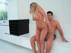 Big Boobs Frau Cheats während einer Nachbarschaft Uhr Treffen
