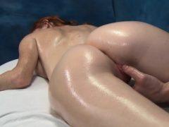 Mund, Pussy und Anal Loch von Teenie gefüllt von großen Weenie