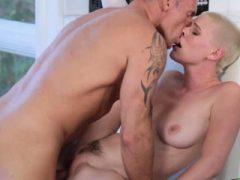 Riley Nixon reitet ihre Pussy auf Dollys Dad