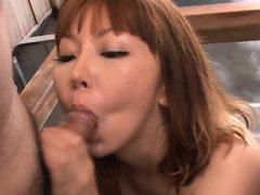 Die asiatische Schlampe bittet um harten Dong, um ihre Lippen zu baumeln