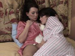 Ashlyn Rae wird von lesbischer MILF RayVeness verführt