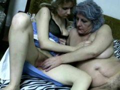 Oma und Krankenschwester spielen mit Pussies