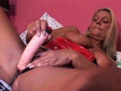 Blonde reife Hottie fickt sich zum Orgasmus