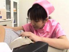 Shino Isshiki reitet ihren Patienten kräftig auf das Bett