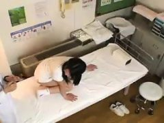 Pigtailed Oriental jugendlich hat ihren Doktor, der ihre delici überprüft