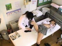 Verführerische asiatische Teenie fällt ihr Höschen und ein Arzt untersucht