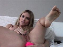 Babe zeigt ihre Pussy und fucking ihr Arschloch