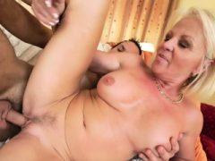 Sexy blonde Oma immer anal und Pussy Geländer hart