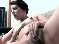 MILF masturbiert mit 2 Dildos