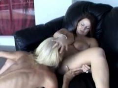 Blonde und brünette Omas lecken Pussies