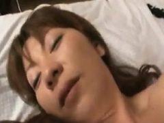 Geile asiatische Frau bekommt ihren haarigen Biber gefingert und gefickt