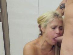 Slutty Mädchen wurde in anal madhouse für ungünstige Therapie aufgenommen
