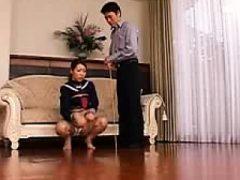 Herrliche asiatische Teenie verehrt eine dicke Mast und nimmt eine Umarmung
