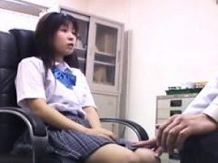 Hübsches asiatisches Mädchen befriedigt ihr Bedürfnis nach Hahn im Arzt