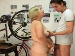 Plumper Babe analisiert und ihr Bauch gefickt