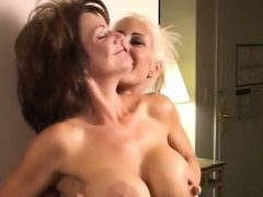 Big Boobs Bobby im Action-Duell der Busty in Catfight