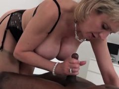 Unfaithful uk milf dame sonia blinkt ihre riesigen titties