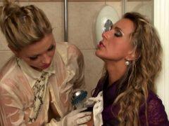 Mädchen schlechter Tag wird besser mit lesbischen nassen Spiel