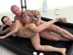 Sexy Client Nikky Perry wird von Hung Masseur aufgespießt