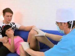 Guy hilft mit Hymen körperlich und fucking von Jungfrau teenie