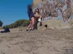 Atemberaubende Brünette Babe bekommen anal Schwanz Fahrt am Strand