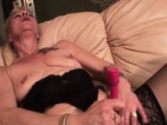Reif in Strümpfen mit Sex-Spielzeug zu ficken sich