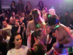 Nasty Teens werden ganz wild und entkleidet bei Hardcore Party