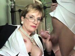 Unfaithful uk milf Kieme Ellis pops aus ihren massiven Titten