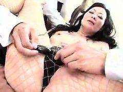 Kinky asiatische Dame wird mit Sex-Spielzeug genagelt und zeigt sie