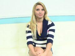 Stripteasing Teen wichst Schwanz pov